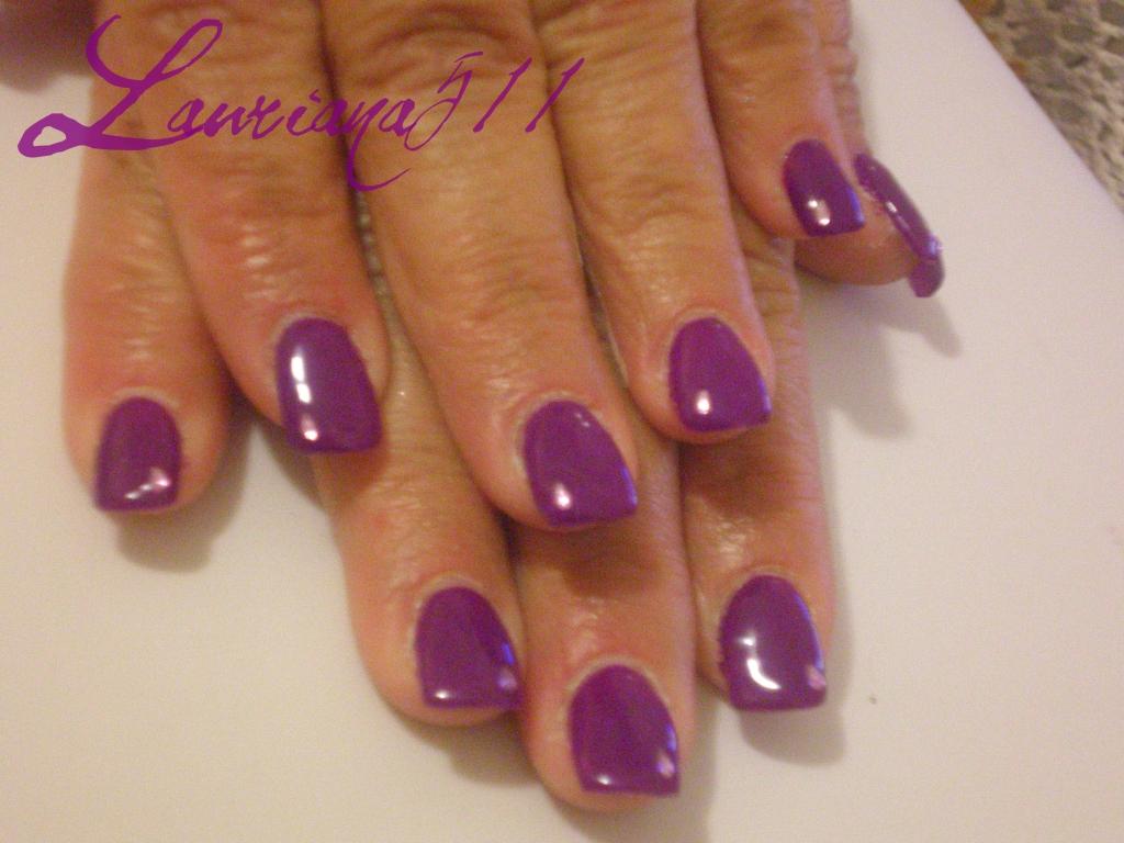 unghie ricostruite, con gel colorato viola